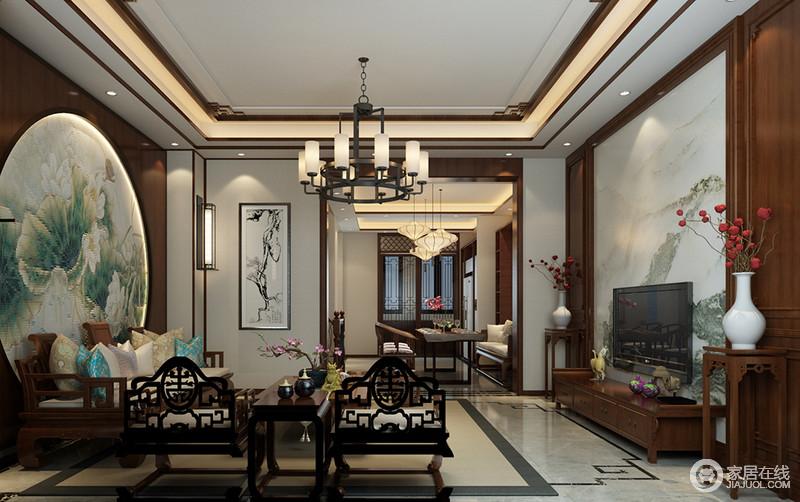 客厅将花卉、远山自然元素,以工笔和水墨的形式,画意地描绘装饰在背景墙上,并与空间点缀的瓶花呼应;古典镂花家具,厚重大方,在墙面木质结构勾勒的方圆间,将古韵悠然的呈现在空间之中。