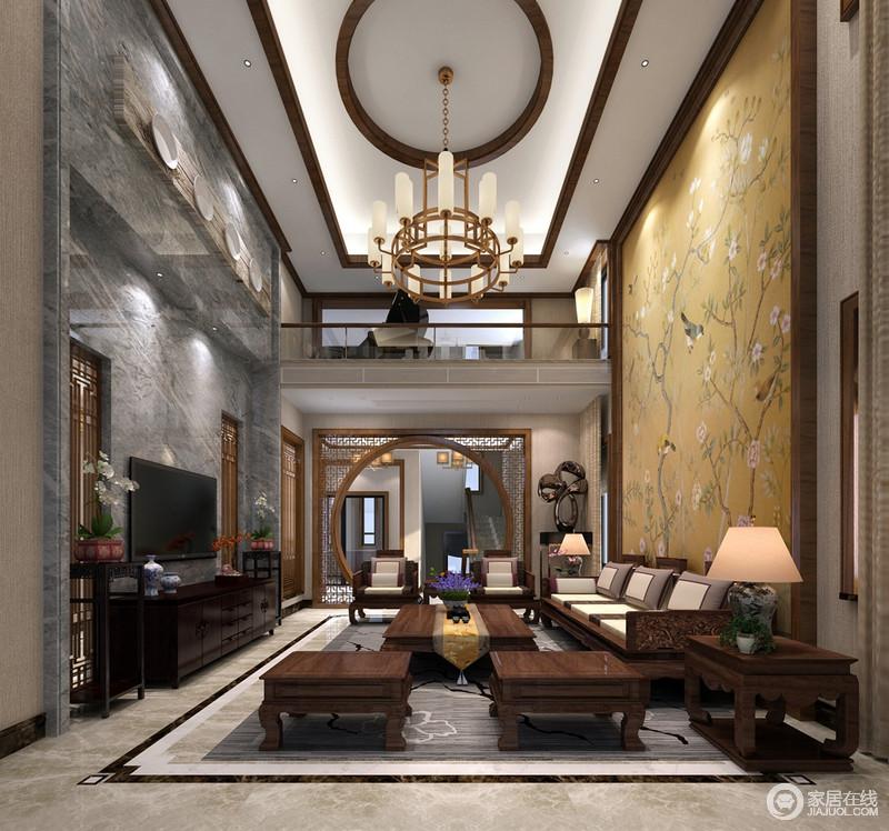 客厅因为挑高显得大气恢弘,实木装裱的方圆吊顶因黄铜吊灯多了现代韵味,灰色大理石背景墙以餐盘工艺品强调展陈设计,而实木屏风嵌入其中,与方圆窗棂门框强调中式优雅;中式实木花架对称出和谐之美,与中式实木家具共叙传统精致,而黄色花鸟壁纸画为空间注入了俏皮和灵动。