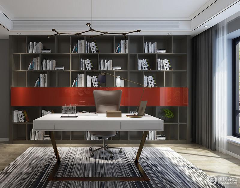 定制的大气现代书柜既是收纳书籍及办公用品更是书房中一面独特的景色彰显主人我气质,从几何书柜到条纹地毯无不透露着艺术的素静。