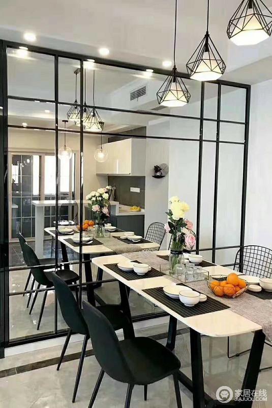 餐厅的玻璃墙提亮了整个空间,愈发通透,几何的效果更是加重了空间的动感;黑白色调的餐桌组合出大气,上演黑白时尚。