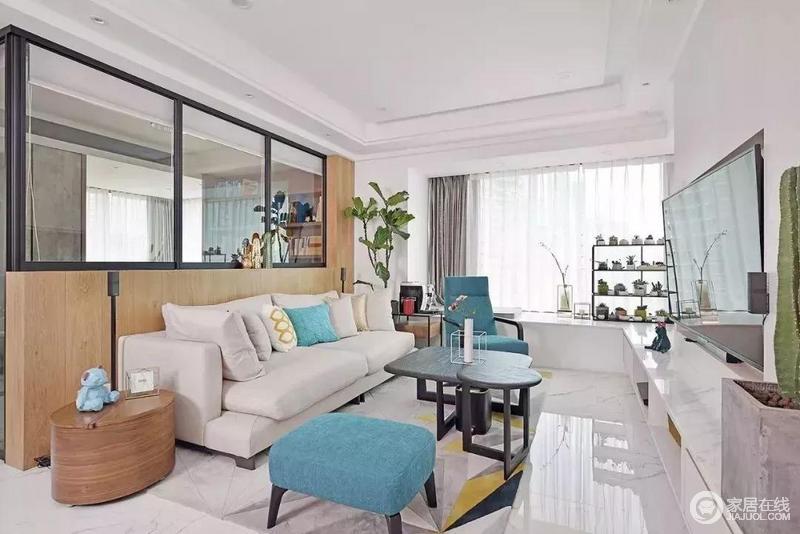 设隐形门通往卧室 与电视背景形成一体 地毯的集合图案和丰富质感 为朴实的背景注入色彩和朝气