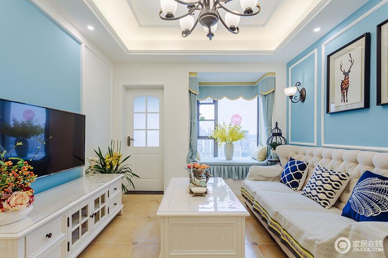 客厅的蓝白色调,为生活提供了一个清爽舒适的氛围,无拘无束;飘窗处也以淡蓝色窗帘和布艺为搭配,酿造出空间的田园格调。