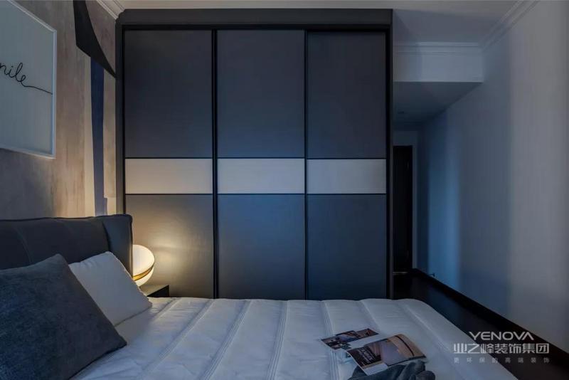 床尾的小柜,还有侧边的衣柜,也是以独特的灰白配布置,呈现出一种简约稳重的安静感。