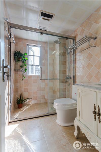 卫生间简单地以玻璃进行干湿分区,通透之外,让米橙色的砖石为空间添色;收纳架或者盥洗柜的实用,更是让生活尤为简单。