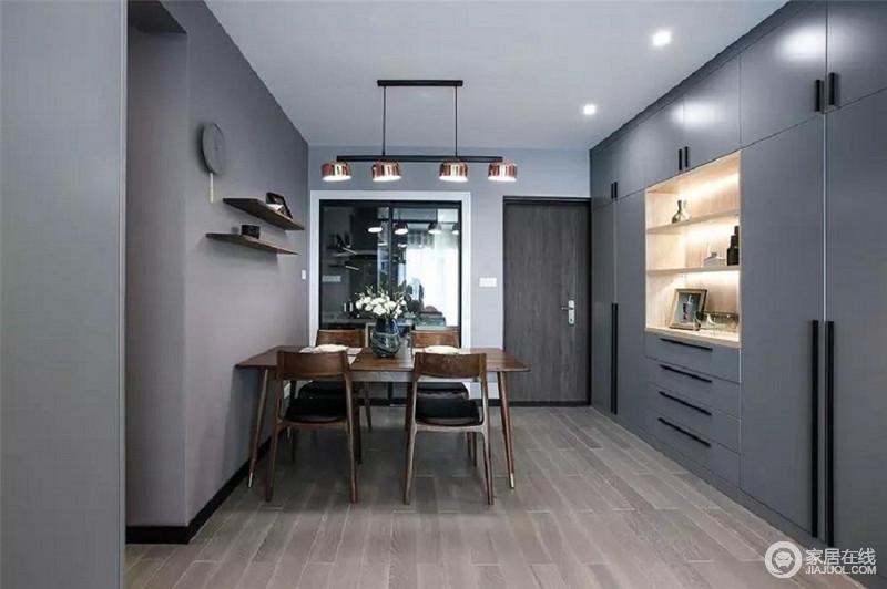 改造后的进门宽敞了许多,整面墙结合了鞋柜、餐边柜、储物柜等多重功能,简直就是收纳神器。