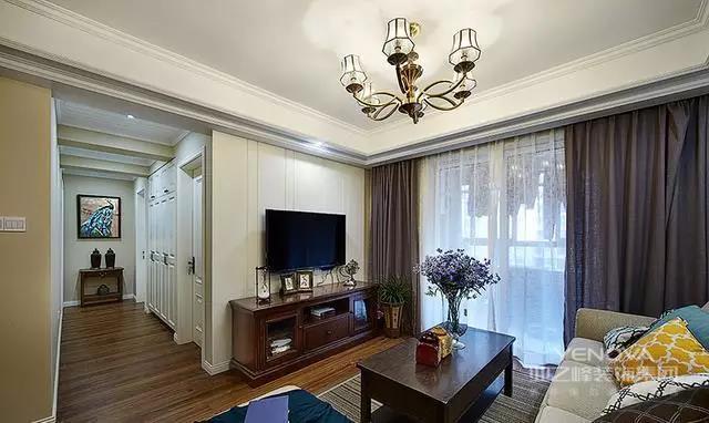 丰富的木线变化、富丽的窗帘帷幄是西式传统室内装饰的固有搭配,空间环境多表现出一种华美、富丽、浪漫的气氛。