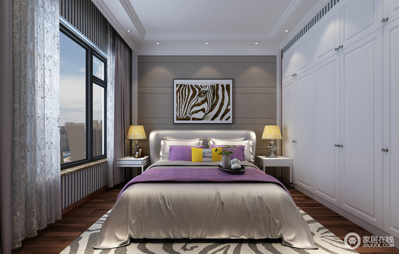 次卧几乎并未有太多的中式元素,点缀的黑白、褐白及灰绿白条纹元素,使空间充满了现代时尚感;轻盈的印花白纱帘与衣柜的白色,明快了空间氛围;银灰色的床品上,紫色和明黄布艺点缀出活泼贵气。