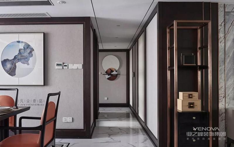 墙面给人营造出一个安静的氛围,用线条造出中式门户,底部的饰品巧妙的平衡了墙面的单调性。