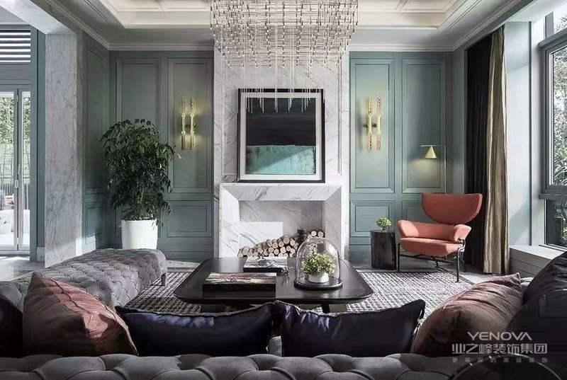 欧洲皇室家具平民化、古典家具简单化;家具宽大、实用舒适;地面拼花与顶面吊顶装饰相呼应,同时采用砂岩,墙布,护墙板装饰使整个空间更具有美感,让家庭成为释放压力和解放心灵的净土。