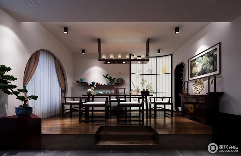 松石翠柏历来是中国的精粹,中式家具和风景写意画充满轻盈与能量,在这个与木质对话的空间里,可感受到浓厚的东方艺术魅力,看似简单却蕴藏着深厚的哲理。