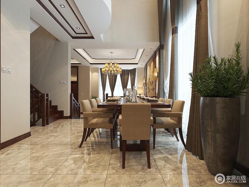 餐厅结构并不规整,不管是椭圆还是矩形的吊顶,都让整个别墅多了层立体感;土色地砖的通透与褐色木踢脚线、楼梯表达出不同材质间的不同质感,褐色布艺餐椅与大地色窗帘赋予空间沉静和复古气息,也因暖黄色灯光显得更为温馨。