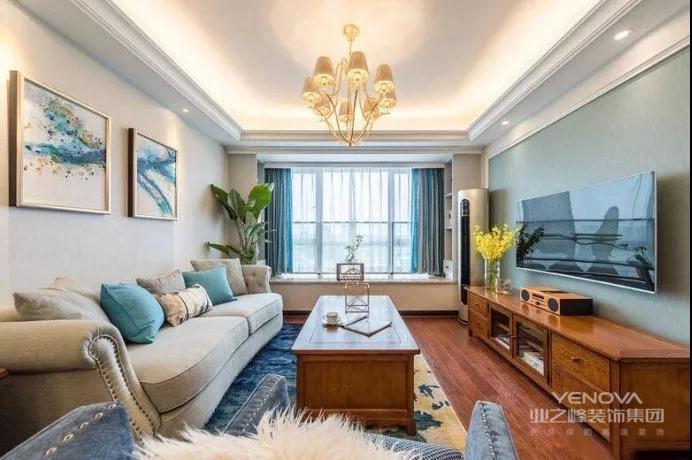 米白色沙发背景墙搭配米色沙发,非常的亲切随和,茶几和电视柜是古朴的原木色,带着美式的影子,搭配刷成了墨绿色的电视背景墙,让整个客厅都变得非常稳重大方