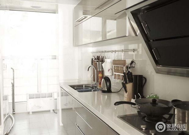 厨房总觉得没啥好说的,噢对了对了,厨房的收纳是非常厉害的。看到墙壁上的置物架了吧,非常的牛吧,厨房嘛,干净美观就足够了。