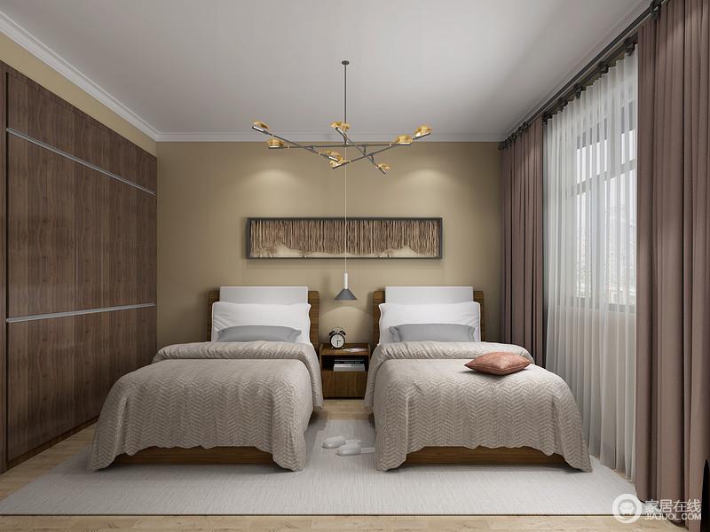 素色的壁纸搭配深色的衣柜和驼色窗帘营造出了一种沉稳的感觉,让人格外宁静。
