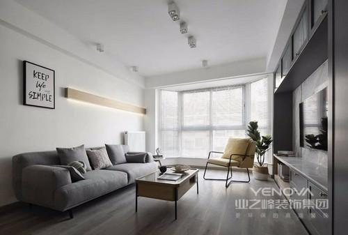 客厅的白墙和灰色地面,构成一种灰白抽象之美,灰色布艺沙发迎合了时下最流行的搭配,满满的舒适感;落地窗让空间更通透,长条格局也增加延伸感,搭配茶几、扶手椅,让生活满载轻快