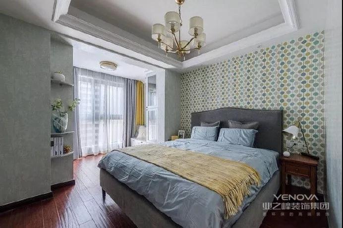 主卧轻奢厚重,时尚元素的彩色床头背景墙搭配深灰色软靠和淡蓝色床品,当真是优雅精致,屋主特意舍弃华丽贵气的吊灯,用散发着米白色的柔和光晕代替,能更让人感受到家的温暖和居住环境的安逸。