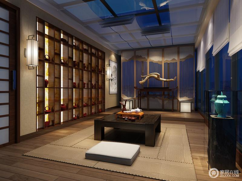 茶室以格子状的设计来塑造空间吊顶、窗户的结构之美,并将展柜做成几何样式,极富展陈艺术,并多了幽静;矩形壁灯对称其间,与闪耀着的光影流离出文艺格调,中式岸几上的实木雕塑品与细木床构成中式禅静,而编织的草垫可以让你席地而坐,放空思绪。