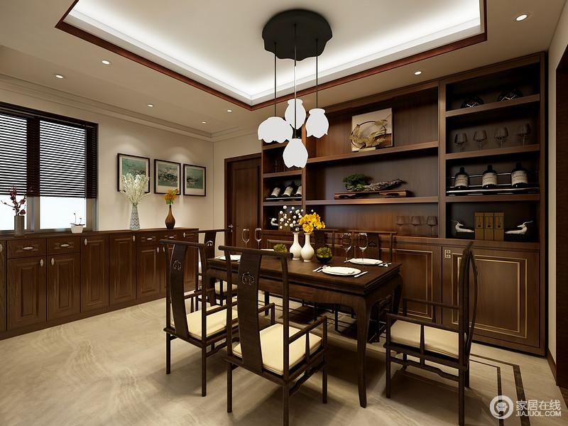 餐厅的矩形吊灯因为暖白之光显得纯净了不少,黑色铁艺灯盘一泻而下,以吊灯中和了空间的挑高,并将现代气息融于这个沉稳的空间;从整排的边柜到褐色实木展陈柜无一例外地以实用为主,却让空间多了展陈之美,中式圈椅更填一份稳重。
