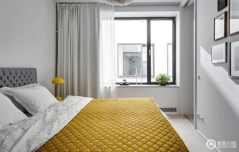 卧室简单的设计,满足生活之需,看似色彩用色较为灰雅,但是毛毯明亮的黄色调调节着空间,带来了活的气氛,让人心情愉悦。