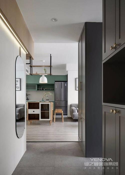 门厅右边设置了两个高柜,增加储物空间的同,椭圆形的穿衣镜以小众的高级感,提升增加整个空间的层次感,一进门就已经感受到了舒适。