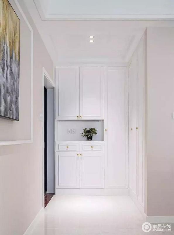 独立的小玄关,以日常生活之需为主,玄关柜加入的收纳区,简单实用,让主人一回到家就感受到便捷,也体现了生活的条理性。