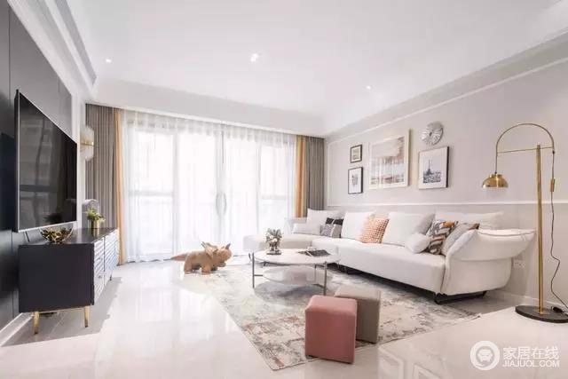 客厅以浅咖色为空间着色多了柔和与温润,深色电视墙搭配浅色布艺沙发,边上还有一盏很铜质感的落地灯,简洁优雅之余,以色彩反差带来的一个温情浪漫的氛围感。