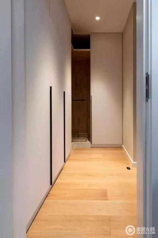 主卧室内做了一个步入式衣帽间,衣柜转角的位置做开放式、摆放金属网篓,这样拿取角落里的东西会更为方便一些。