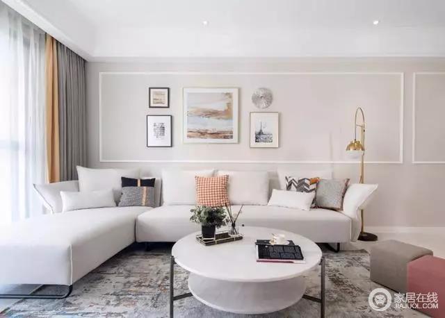 客厅背景墙的挂画看似简单,却满含艺术格调,与墙面石膏线构成空间的几何美学;双层大理石质感的茶几,与黄铜落地灯和复古调的地毯呈现出华丽温馨。