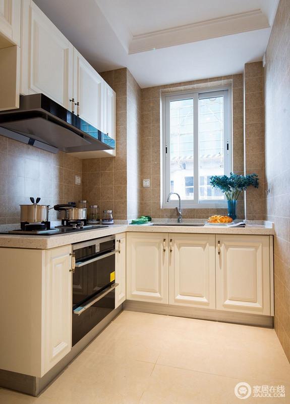 厨房是L字型的,整体色系以暖黄色调为主,看似精小而空间十分大气,白色橱柜搭配褐色瓷砖,层次之间,调和出利落,让烹饪之余,也具有收纳艺术。