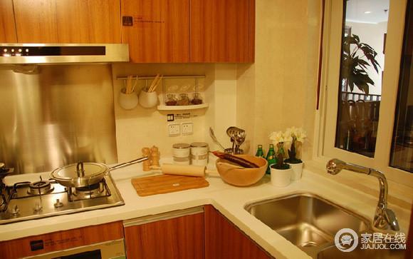 厨房面积虽然不大,但是可花了我们不少功夫呢,这个橱柜我很满意,大理石的台面看着都舒服,以后炒菜也不用担心油烟太大,抽油烟机难清理了。