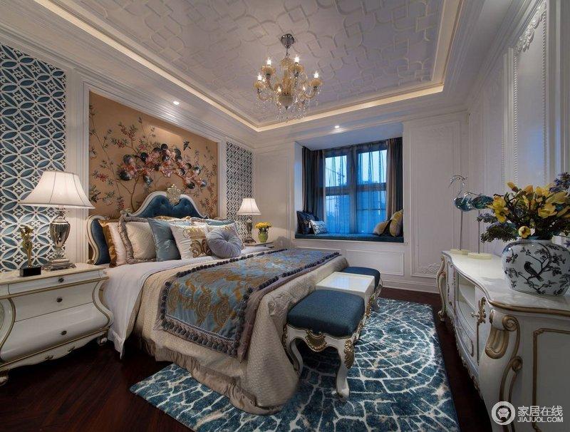 主卧床头背景墙两边采用镂空装饰,中间是墙布,以几何形的设计呼应着吊顶,延续着立体和谐;飘窗的收纳增加了空间的功能,而简欧软装的厚重搭配巴洛克家具造就了空间的雍容。
