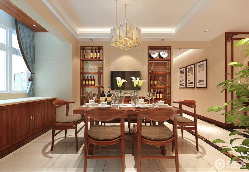 流线简约的圈椅搭配着方形餐桌,古朴沉稳的表现着中式的闲适从容;桌上通透的玻璃器皿,晶莹灵动的与酒柜内嵌的镜面,折射出剔透的光影和现代格调,令空间古今交织出简约精致;定制的矮柜临窗而设,存储置物增加了空间的功能性。