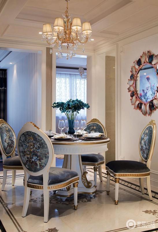 餐厅的墙面装饰,让空间华丽而别致,餐桌椅以及灯具整体很和谐,却以宫廷风的设计,让就餐也极具格调。