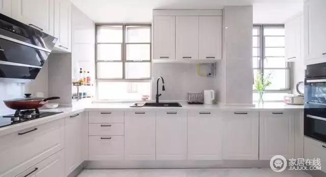 宽大明亮的厨房,为主人提供了一个轻松实用的烹饪体验,白色橱柜定制设计更为实用,也符合空间格局,让厨房生活不拥挤,却十分舒适。