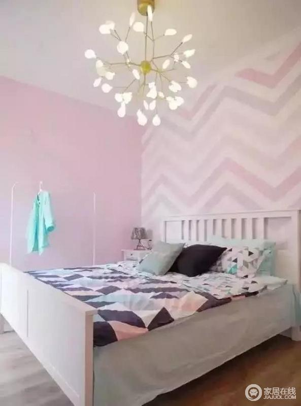 主卧背景墙和床品都是淡淡的粉色系,非常的可爱。