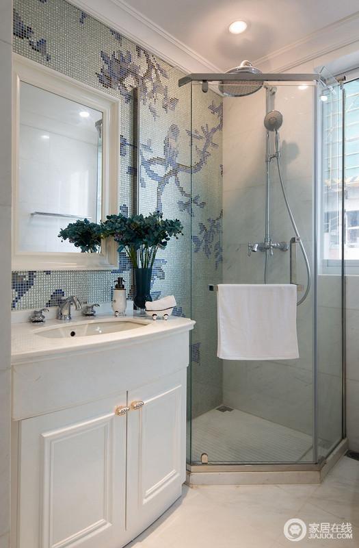 卫生间做的是干湿分区的处理,玻璃门隔断的淋浴房,打理起来也极为方便。