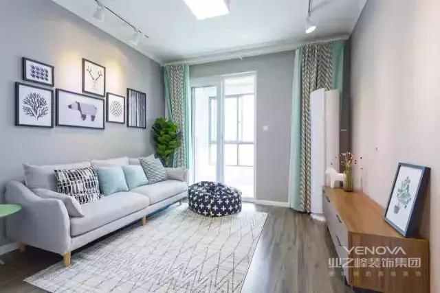 客厅面积不大,为了不显拥挤,屋主没有放置太多家具,除了一张灰色长沙发和原木电视柜,没有其他大件家具了。