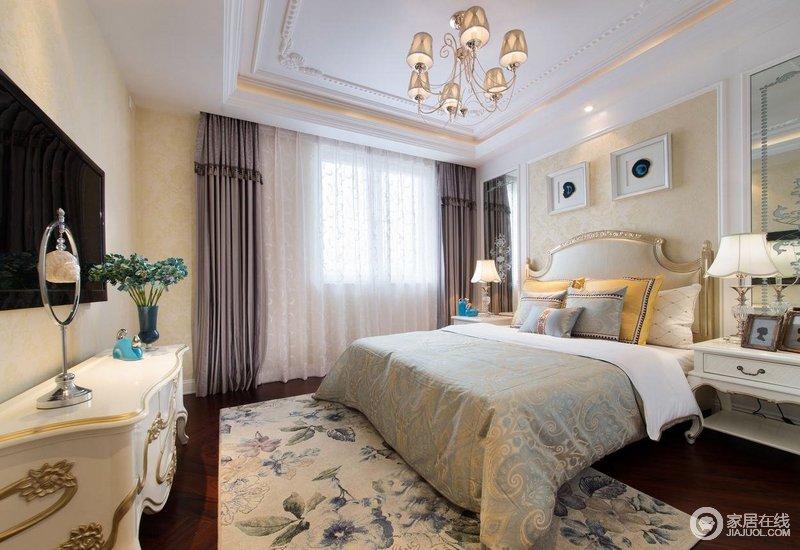次卧是以暖色调为主,床头背景,床以及地毯,电视柜都是暖色调的,但是灰色窗帘搭配纱幔让原本的空间多了轻盈和素静。