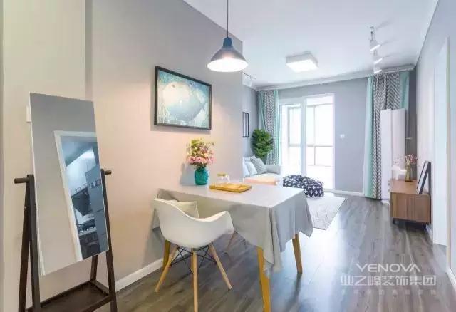 餐厅设在通往客厅的走廊上,为了不占用过多的走道空间,餐桌餐椅选的都是比较小巧的款式。