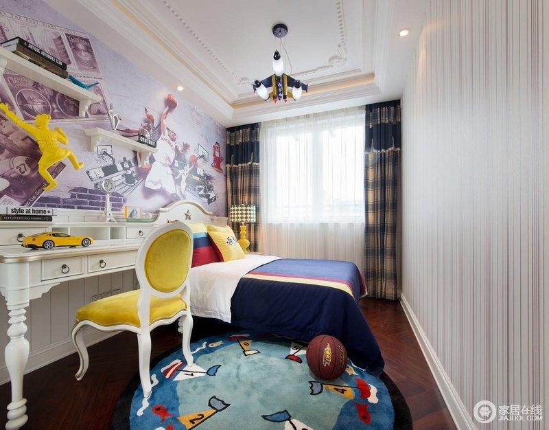儿童房的布置一看就是男孩子的,尤其是墙面装饰,足以激发孩子的运动激情;蓝色的床品搭配黄色新古典单椅,满是色彩张力。