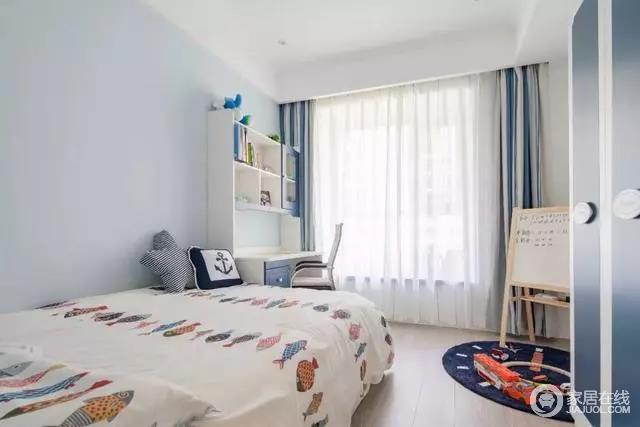 儿童房淡蓝色墙面与白色吊顶组合出了清和感,而蓝白条纹窗帘的活泼与床品的卡通增加了不少童趣;书桌给孩子一个独立的学习区,而画架区则成为一个活动的空间,让生活更为丰富。