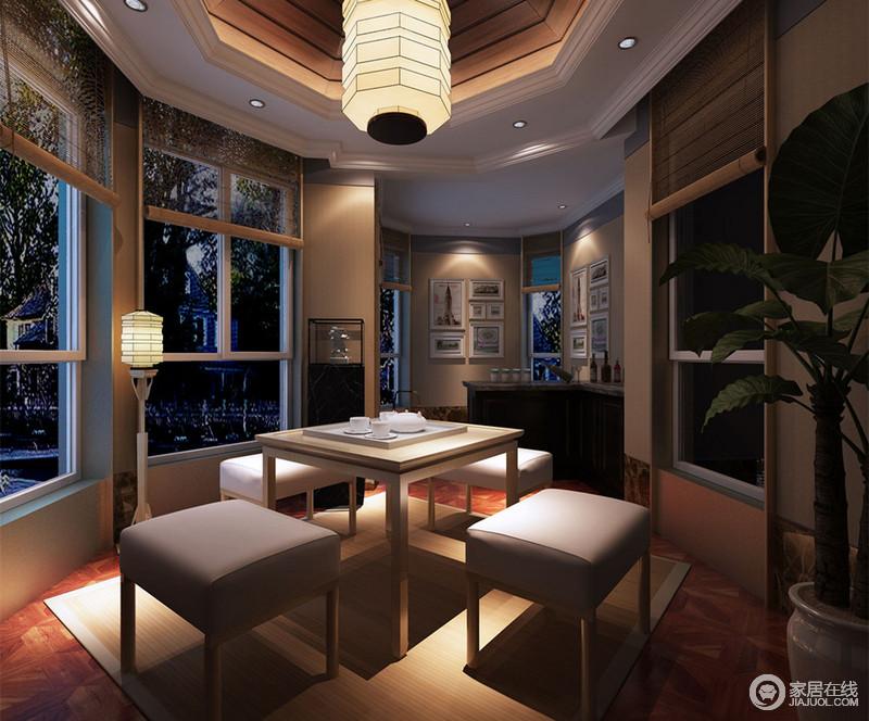 休闲会客室的格局与餐厅相似,不规则的空间里设计师尽量以玻璃窗带来空间上的开阔通透感。宝塔型的灯饰,散发出的静谧光线,烘托着简约的现代空间,有着疏影横斜的禅意。