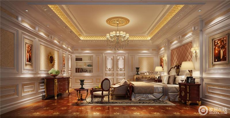 主卧依旧保持奢华的调调,但设计师给予赋予它的更多的是柔和温馨的氛围,这是家的核心元素。设计师巧妙的将它们和谐的融合在一起,展现在我们眼前的就是这样完美的法国皇室般的睡眠休息空间。