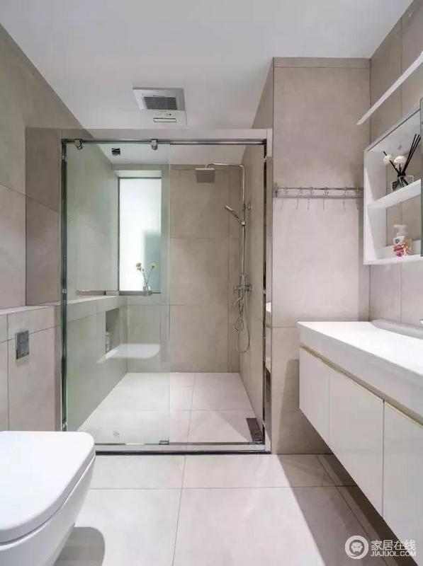 卫生间的壁龛与挂钩,延伸了墙面空间更加实用性,玻璃隔断就干湿进行了分区,不仅易于打理,也让空间更有规划性,日常生活更为舒适、洁净。
