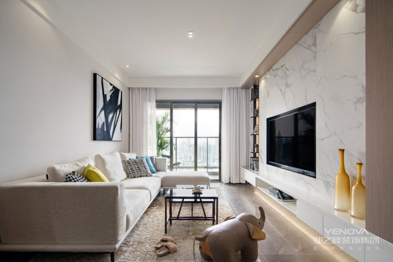 整体客厅空间面积相对紧凑,在现代舒适的风格与格局布置下将电视嵌入理石背景墙,形成黑白格调;白色的沙发搭配黑色抽象挂画、方形茶几和彩色靠垫,素静简约却足够时尚。