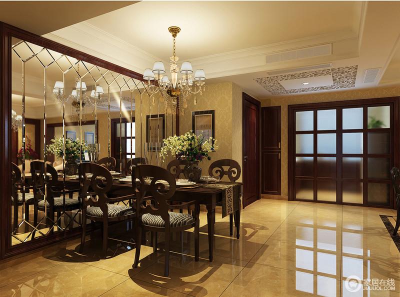 餐厅利用了造型茶镜从视觉上增大整体空间感,顶面运用雕花隔板局部装饰使得原本简约的顶面更显灵动,提升空间的光泽度,与金属吊灯的璀璨营造几分奢华;驼色系的瓷砖和壁纸渲染温和,与新古典实木餐桌椅的考究组成空间的厚实。