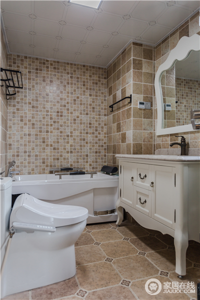 卫生间以米色马赛克砖石和方块砖铺贴墙面,素色之中尽显朴素;白色简欧盥洗柜和卫浴洁具成套出现,让空间白净明快了不少。