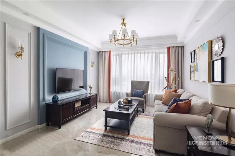 客厅,电视墙刷成灰蓝色,两侧做了对称的壁灯设计,低明度色彩更显质感。
