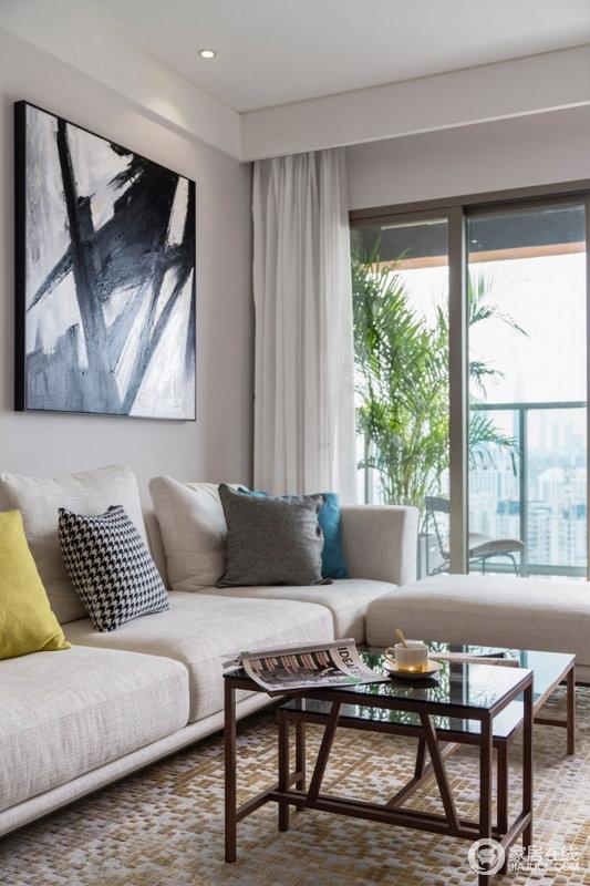 沙发颜色淡淡的也呈现出一种娴雅轻松的休闲氛围,乳白色的沙发搭配多彩的靠垫,给予生活温实和活力。