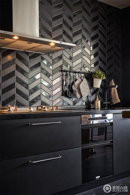 厨房的橱柜跟整体房子色调相呼应,厨房唯一的亮点是人字型铺砖 ,但是装修预算有限的业主以谨慎之法,让厨房既具有收纳功能,又具有生活质感。